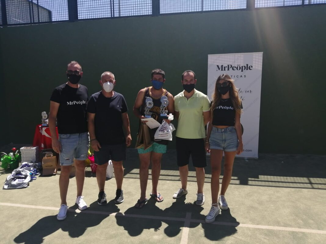 Entrega de trofeos del Torneo de Pádel en este verano atípico 10