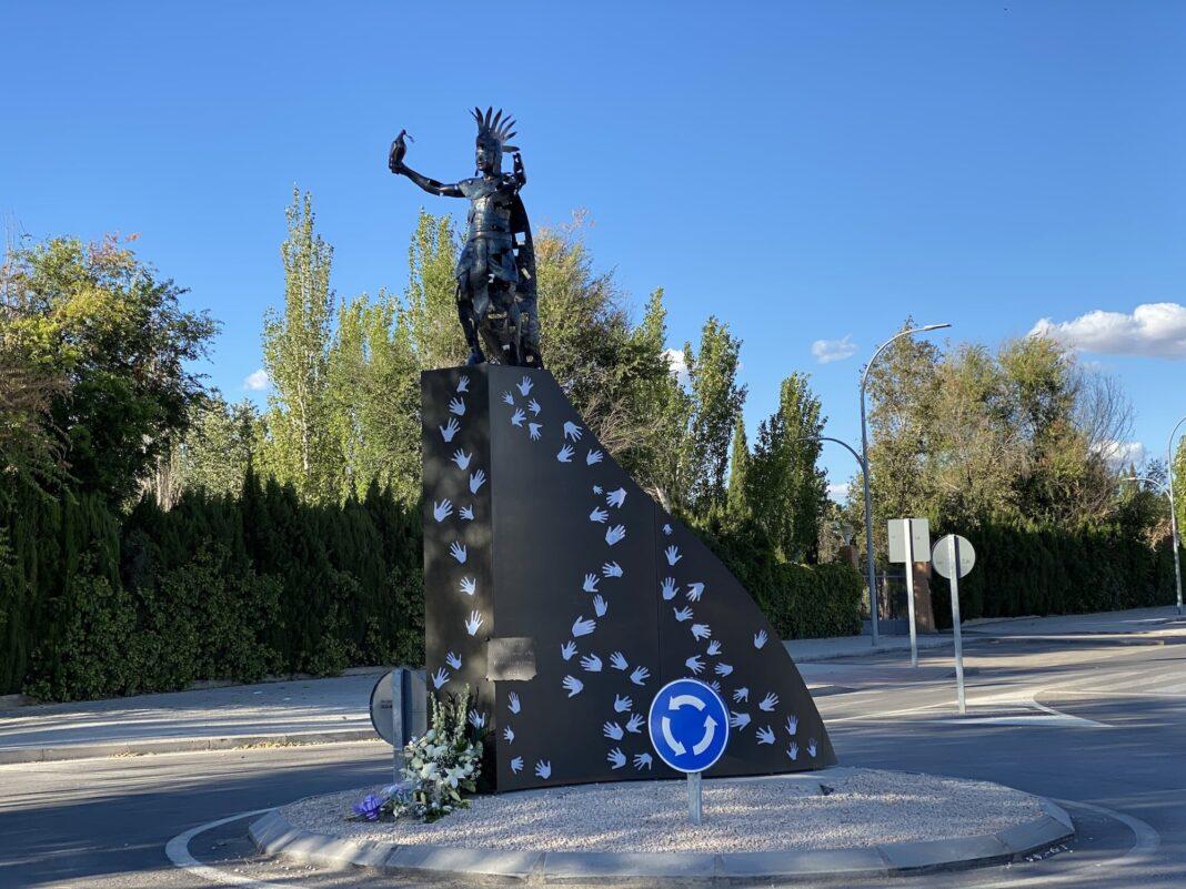 escultura homenaje contra violencia gonzalo bujan 1068x801 - Inaugurada la escultura contra la violencia en homenaje a Gonzalo Buján