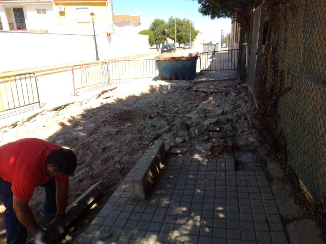 obras vias publicas herencia 4 1068x801 - Continua la conservación de las vías públicas en Herencia