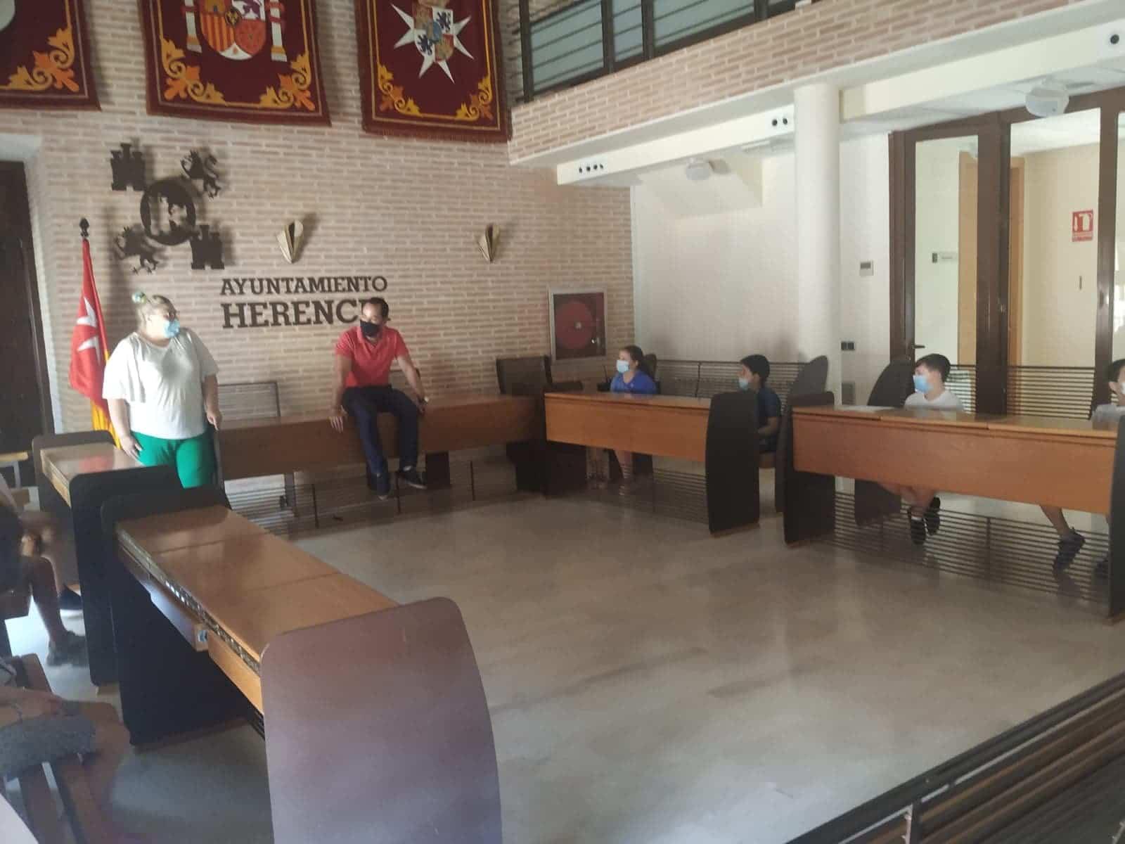 """visita salon plenos ayuntamiento herencia 2 - Alumnos de """"Educar, Crecer y Convivir"""" visita el Salón de Plenos de Herencia"""