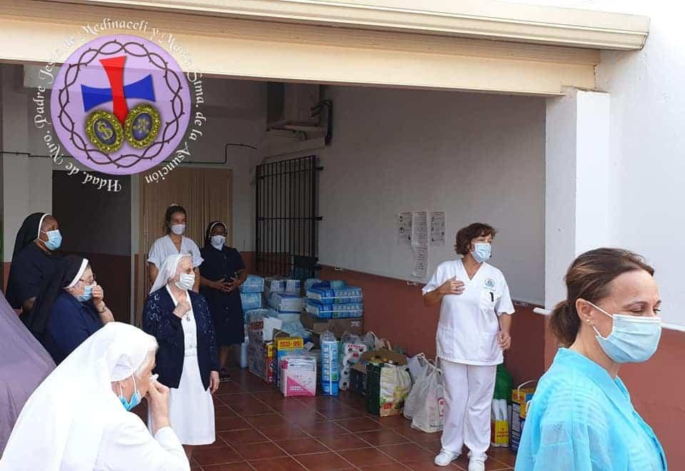 Medinaceli entrega material de higiene a la residencia1 - La hermandad de Medinaceli entrega material de higiene y limpieza a la residencia San Francisco