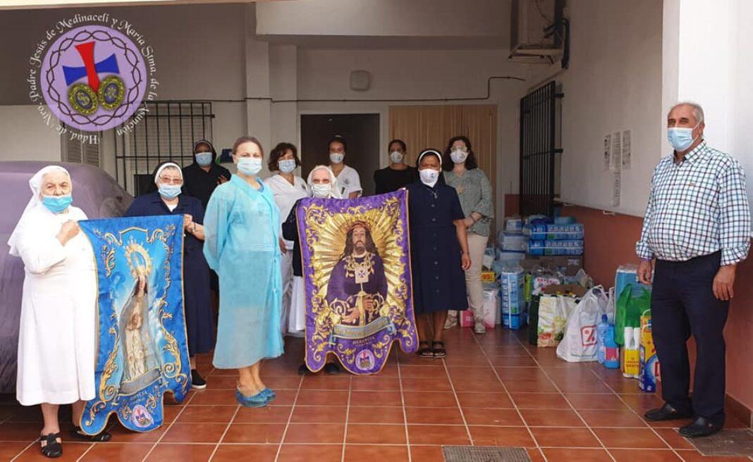 Medinaceli entrega material de higiene a la residencia2 1068x656 - La hermandad de Medinaceli entrega material de higiene y limpieza a la residencia San Francisco