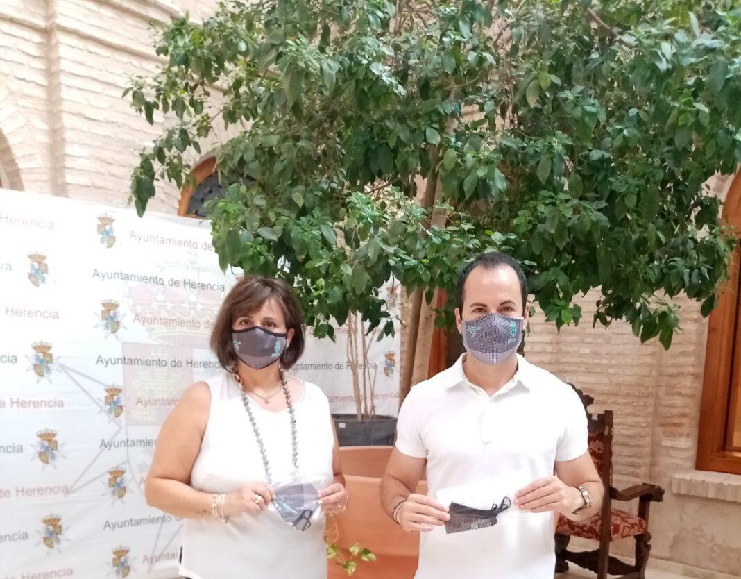 Reparto de mascarillas con el estampado del pañuelo de hierbas de Feria en Herencia 1
