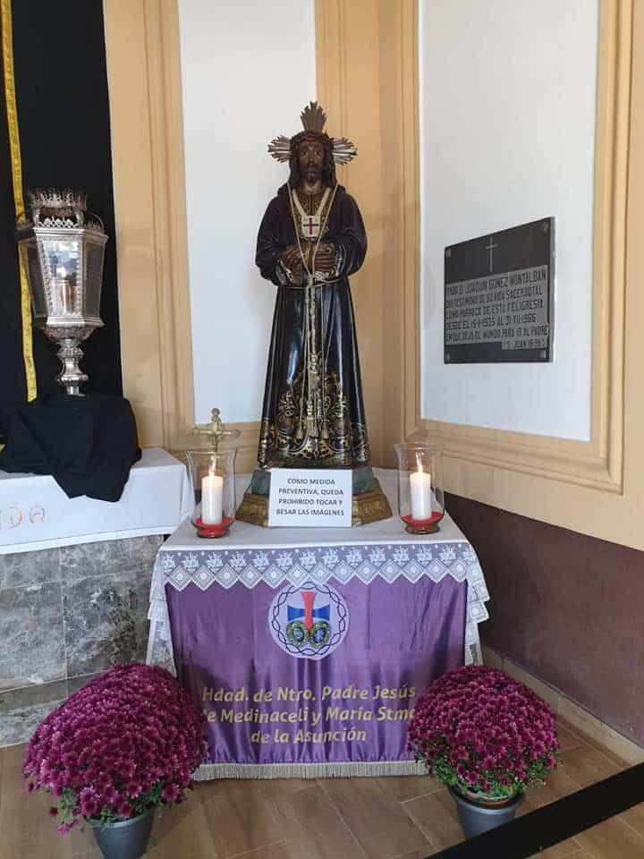 La hermandad de Medinaceli engalana la capilla del cementerio durante el mes de noviembre 6
