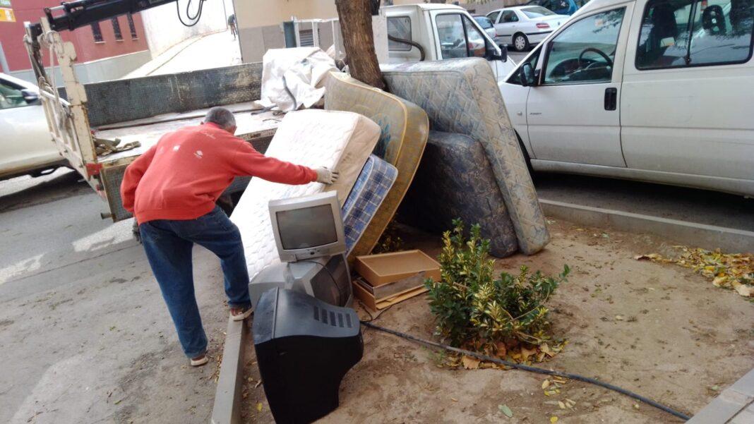 colchones en herencia abandonados calle 1068x601 - Si, Herencia cuenta con un Punto Limpio accesible para todos
