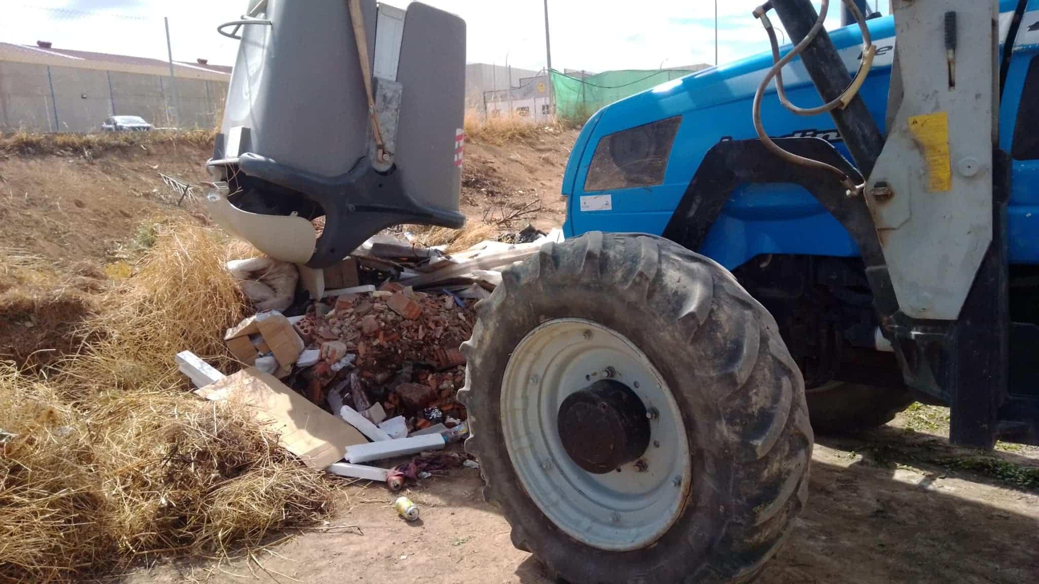 contendor con escombros obra herencia - Ejemplos de cómo no usar un contenedor de basura en Herencia