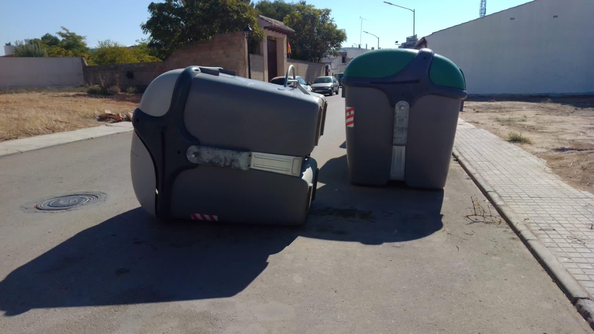 contenedor volcado herencia - Ejemplos de cómo no usar un contenedor de basura en Herencia