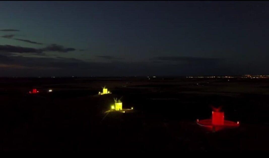 Herencia ilumina sus molinos con la bandera de España por el Día de la Hispanidad 1