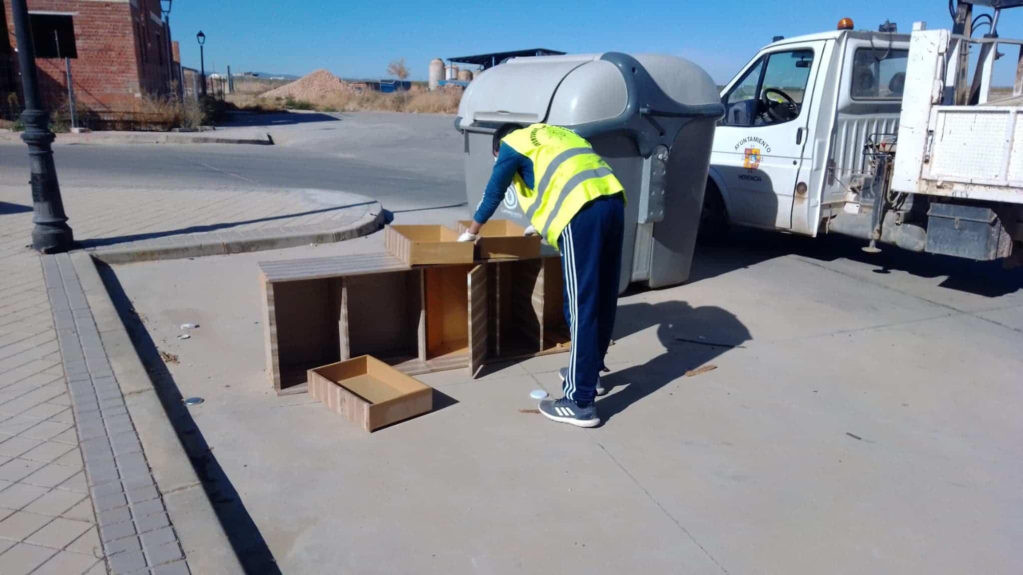 muebles contenrdores herencia - Ejemplos de cómo no usar un contenedor de basura en Herencia