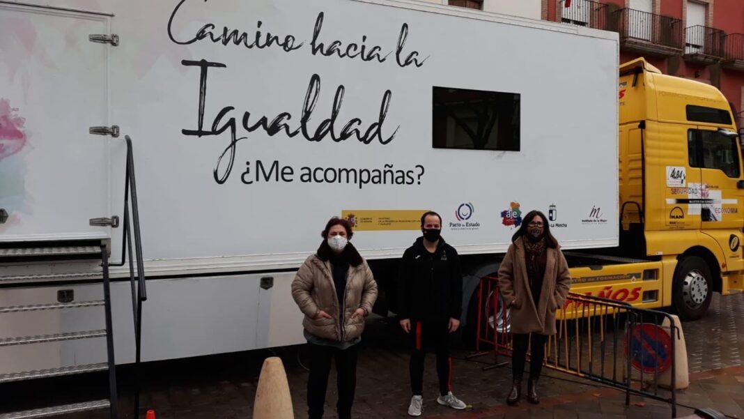 """El camión del proyecto """"Camino hacia la igualdad"""" pasó por Herencia 1"""