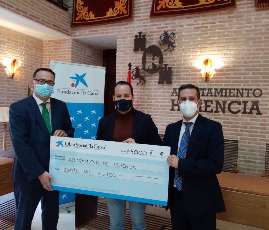 Fundación La Caixa entrega al Ayuntamiento un cheque de 4000 euros para ayuda social 1