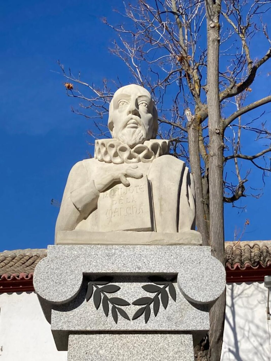 Restaurada la escultura de Cervantes como parte del patrimonio artístico herenciano 19