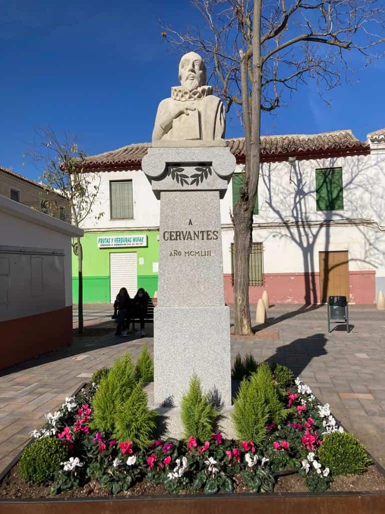 Restaurada la escultura de Cervantes como parte del patrimonio artístico herenciano 13