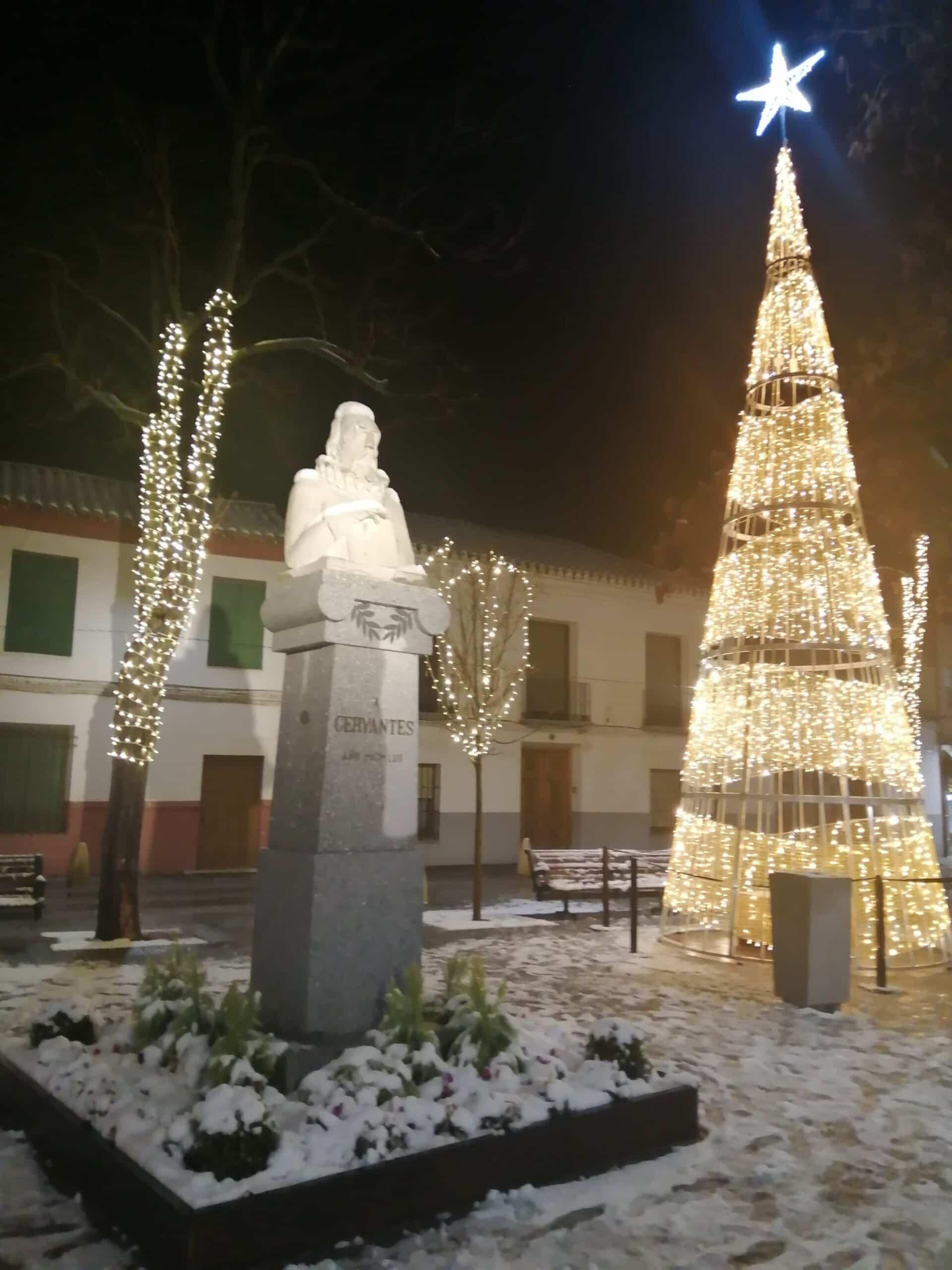 Protección Civil de Herencia esparce sal por acerados y plazas del centro 13