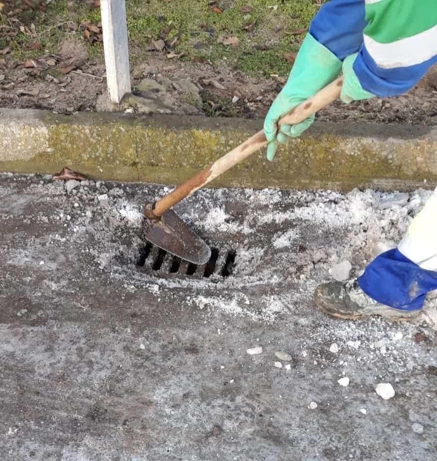 Limpieza de imbornales y retirada de placas de hielo en Herencia 22