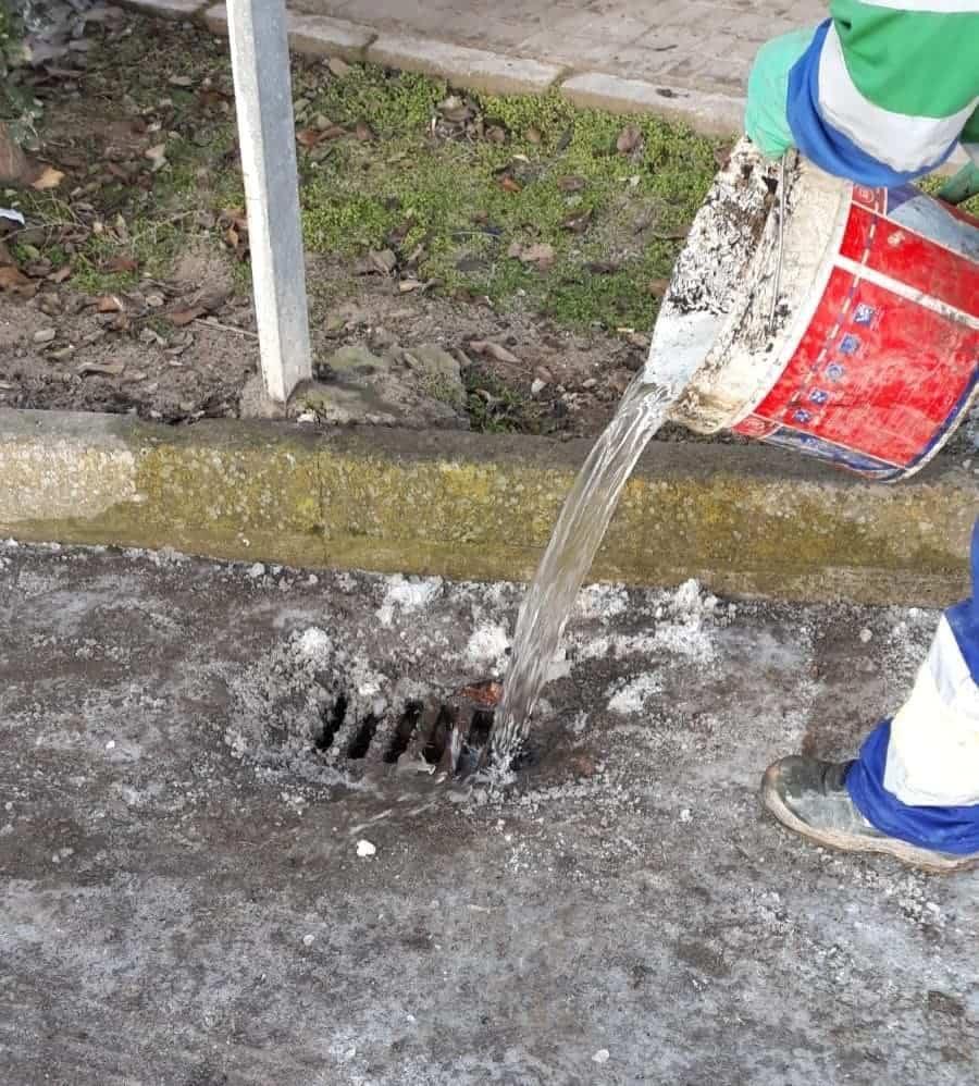Limpieza de imbornales y retirada de placas de hielo en Herencia 21