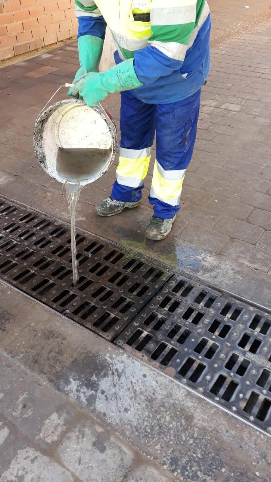 Limpieza de imbornales y retirada de placas de hielo en Herencia 19