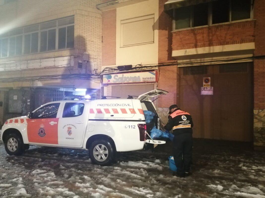 Protección Civil de Herencia esparce sal por acerados y plazas del centro 16