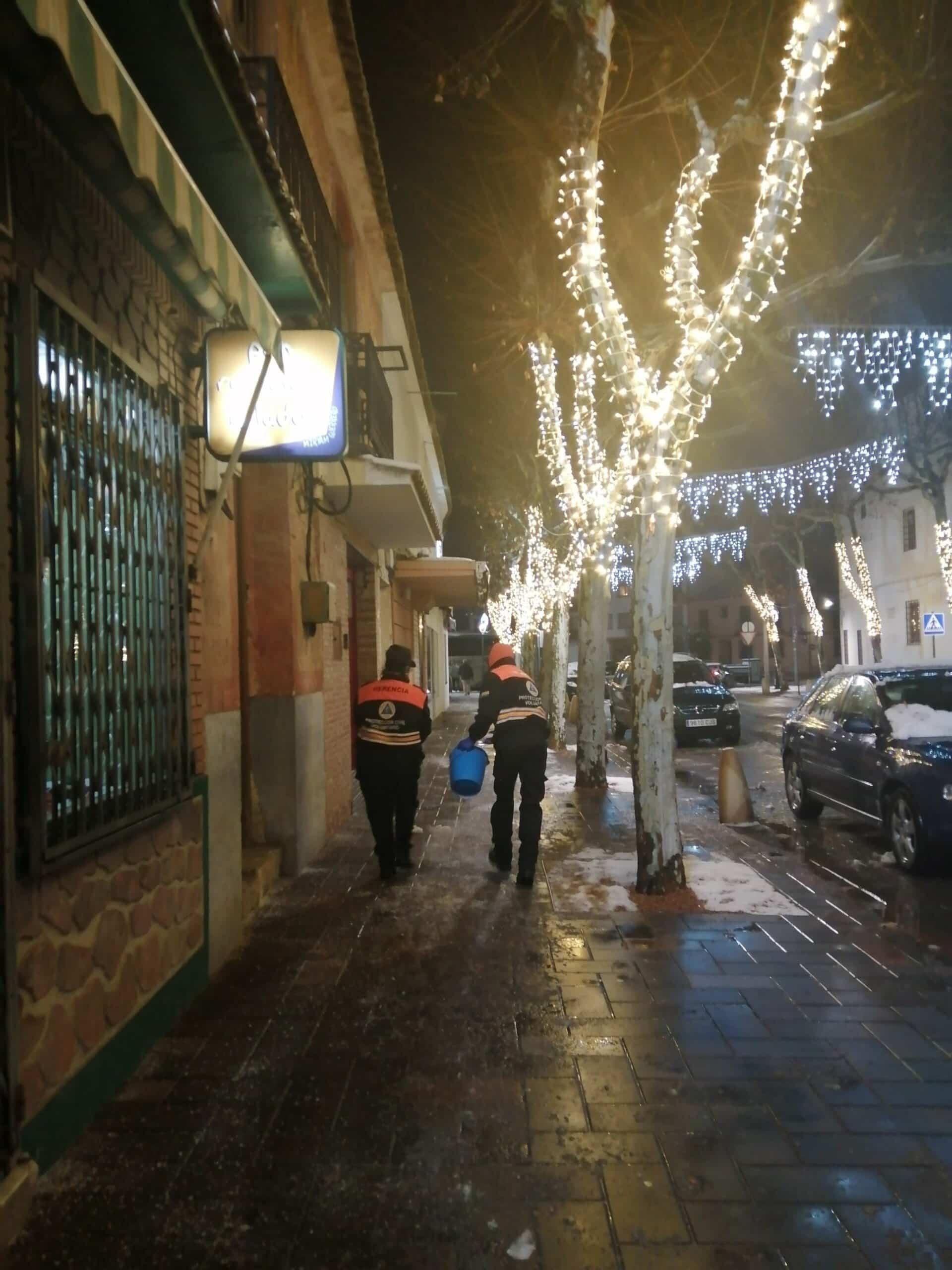 Protección Civil de Herencia esparce sal por acerados y plazas del centro 11