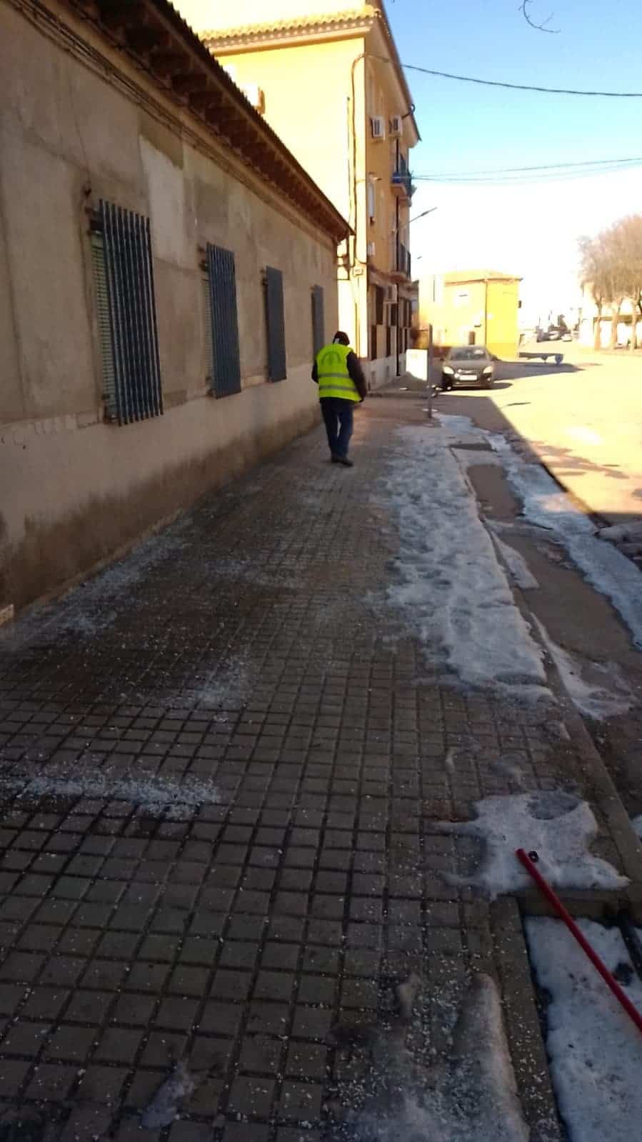 Limpieza de imbornales y retirada de placas de hielo en Herencia 20