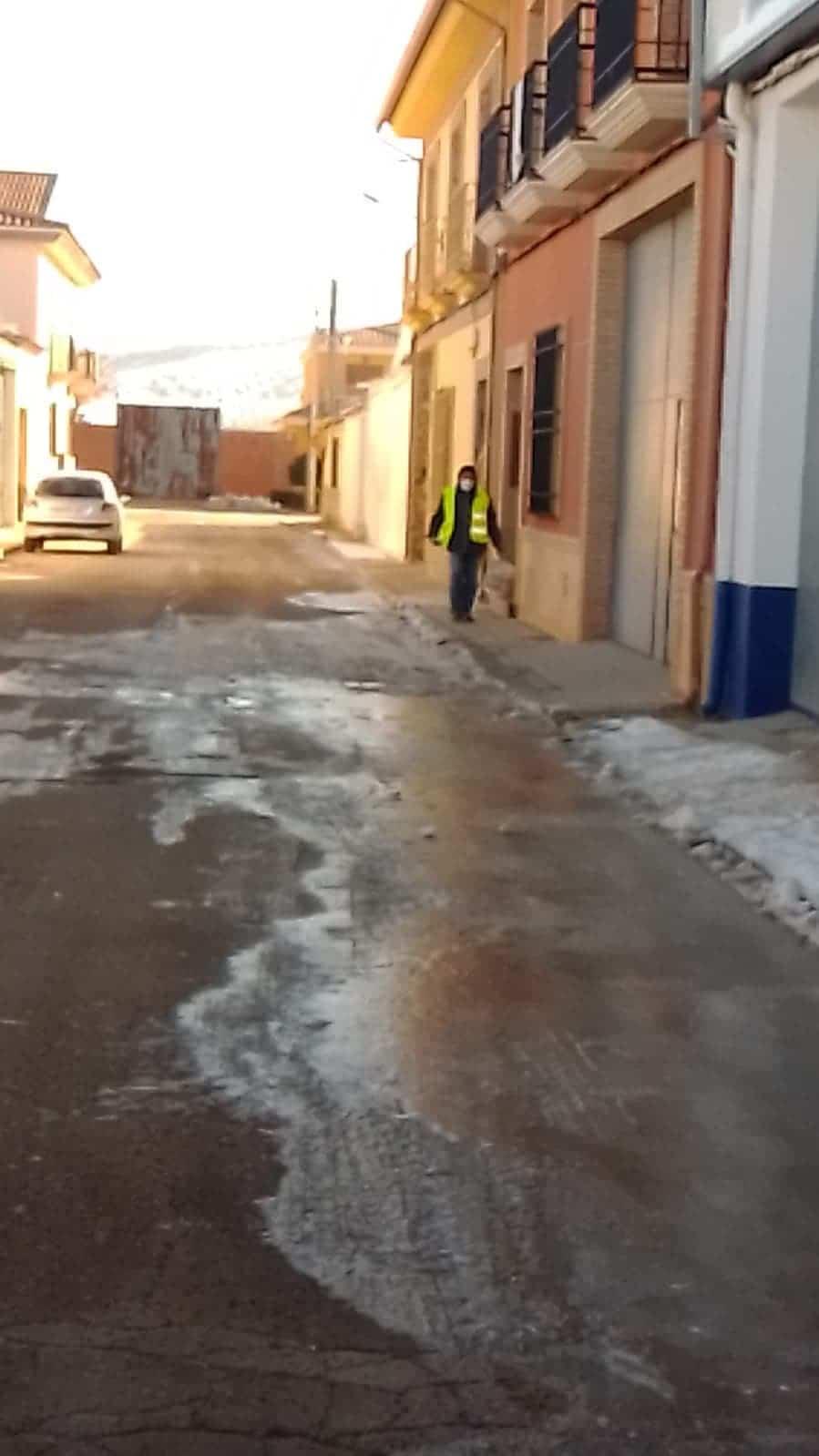 Limpieza de imbornales y retirada de placas de hielo en Herencia 18