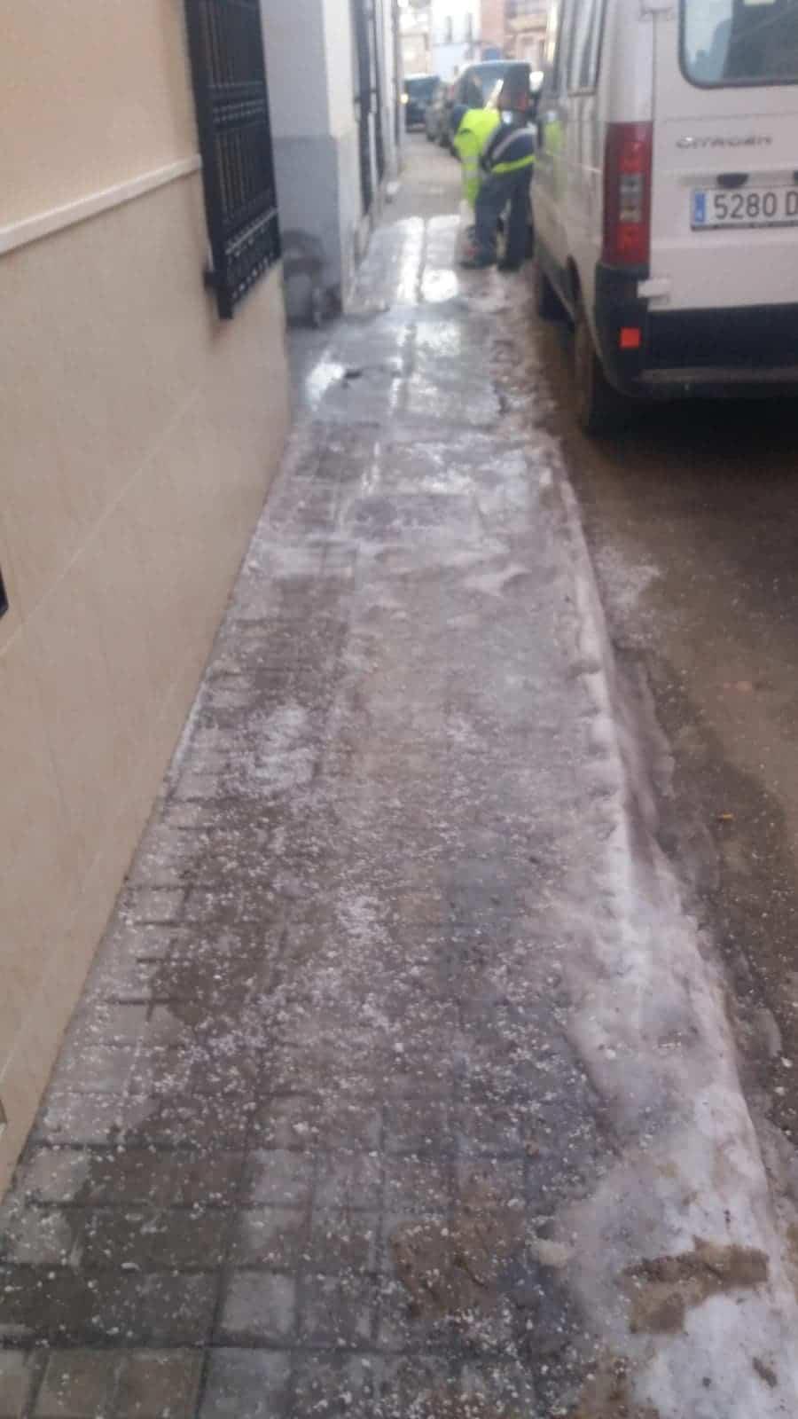 Limpieza de imbornales y retirada de placas de hielo en Herencia 17
