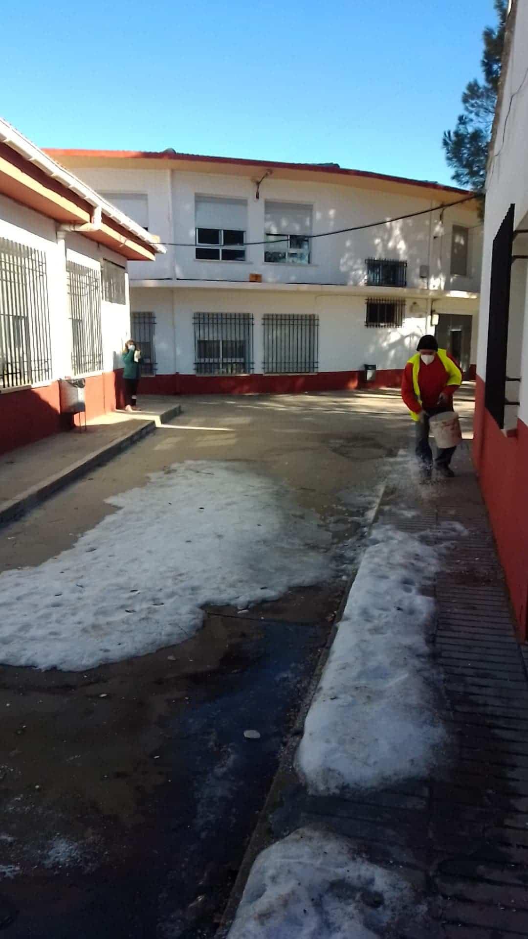 Limpieza de imbornales y retirada de placas de hielo en Herencia 16