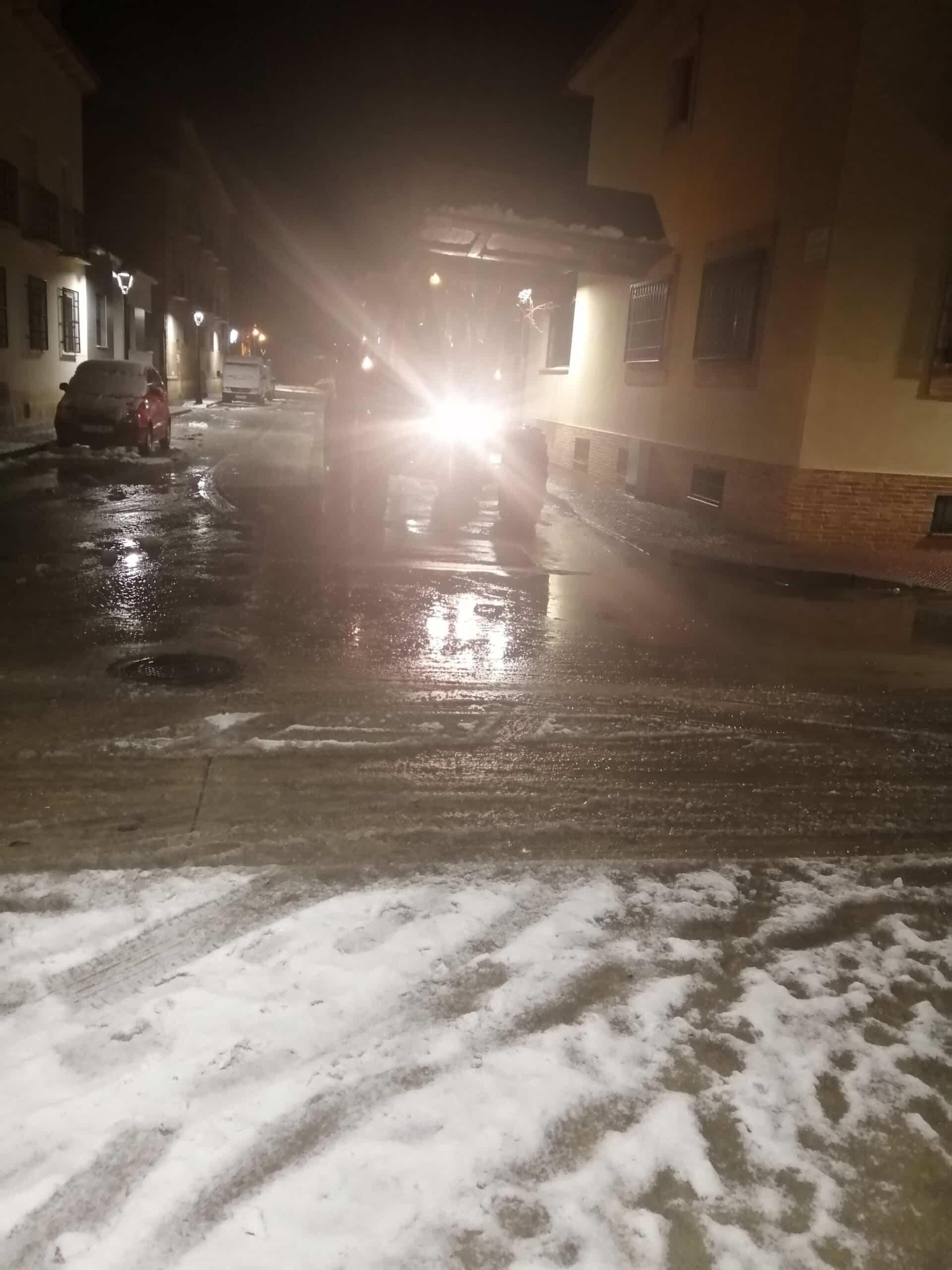 Protección Civil de Herencia esparce sal por acerados y plazas del centro 12