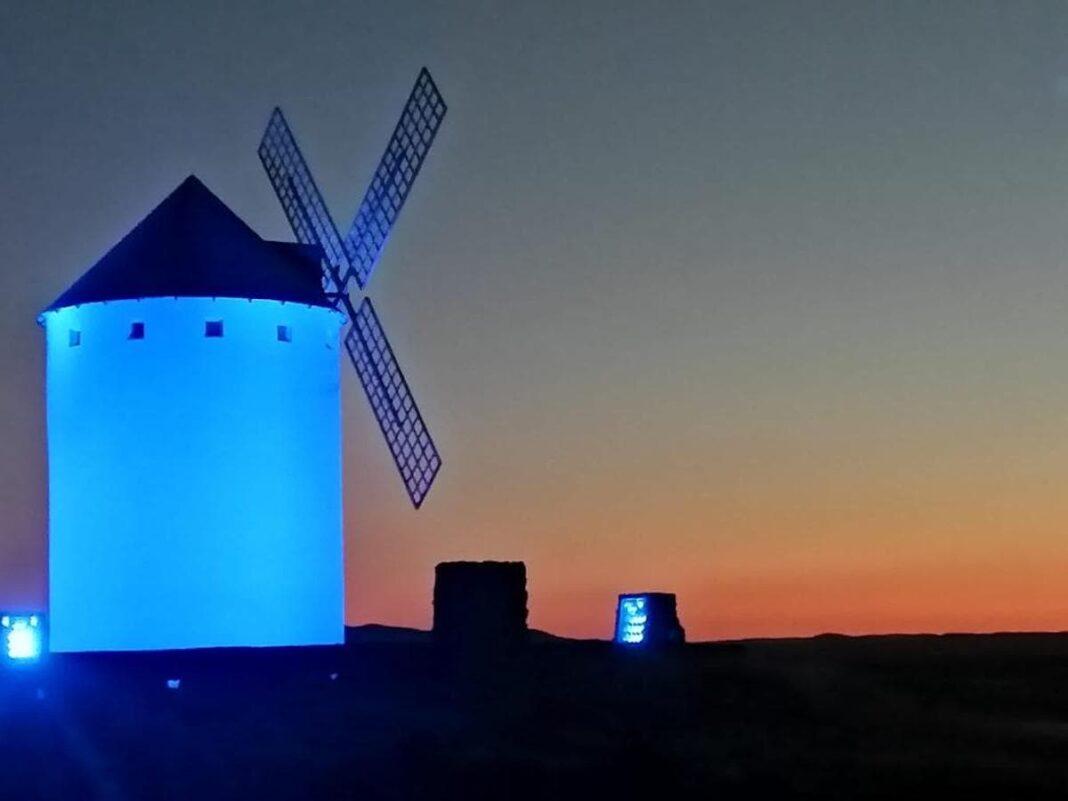 Los molinos de Herencia iluminados de blanco y azul por la inauguración del Carnaval 1