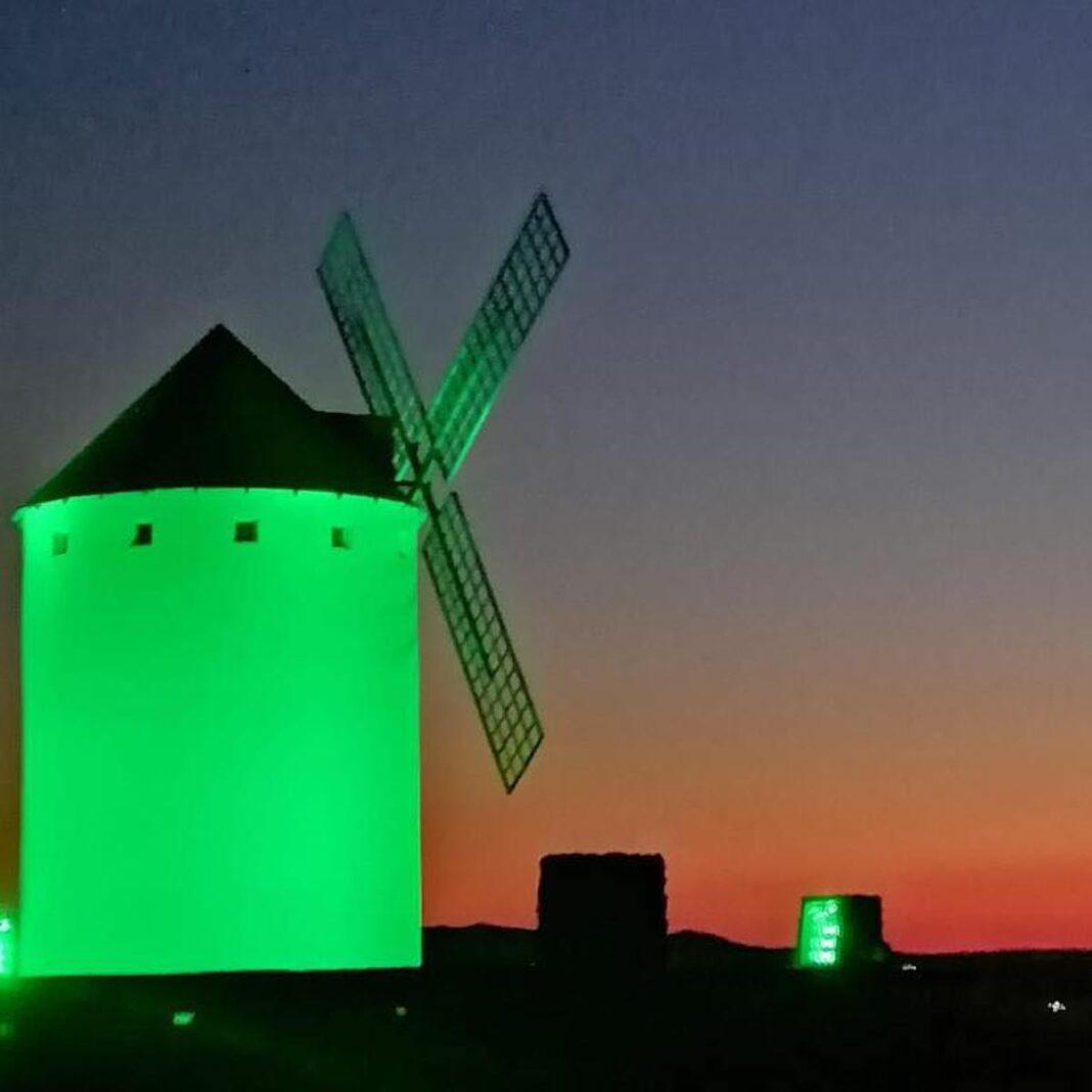 Los molinos de Herencia iluminados en verde por el Día Nacional de la Fibrosis Quística 1