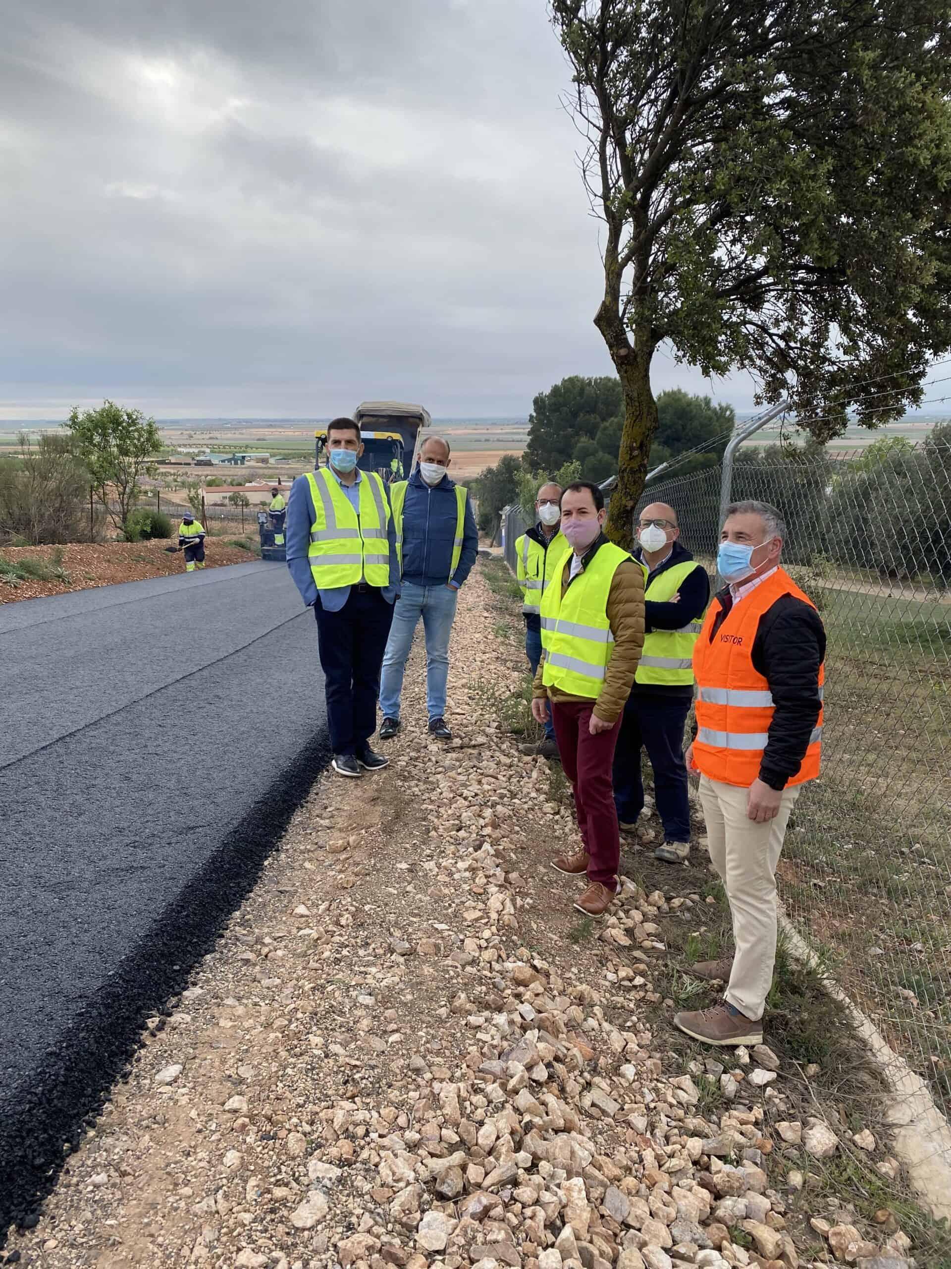 Nueva pavimentación de la vía de acceso a la emisora en Herencia 3