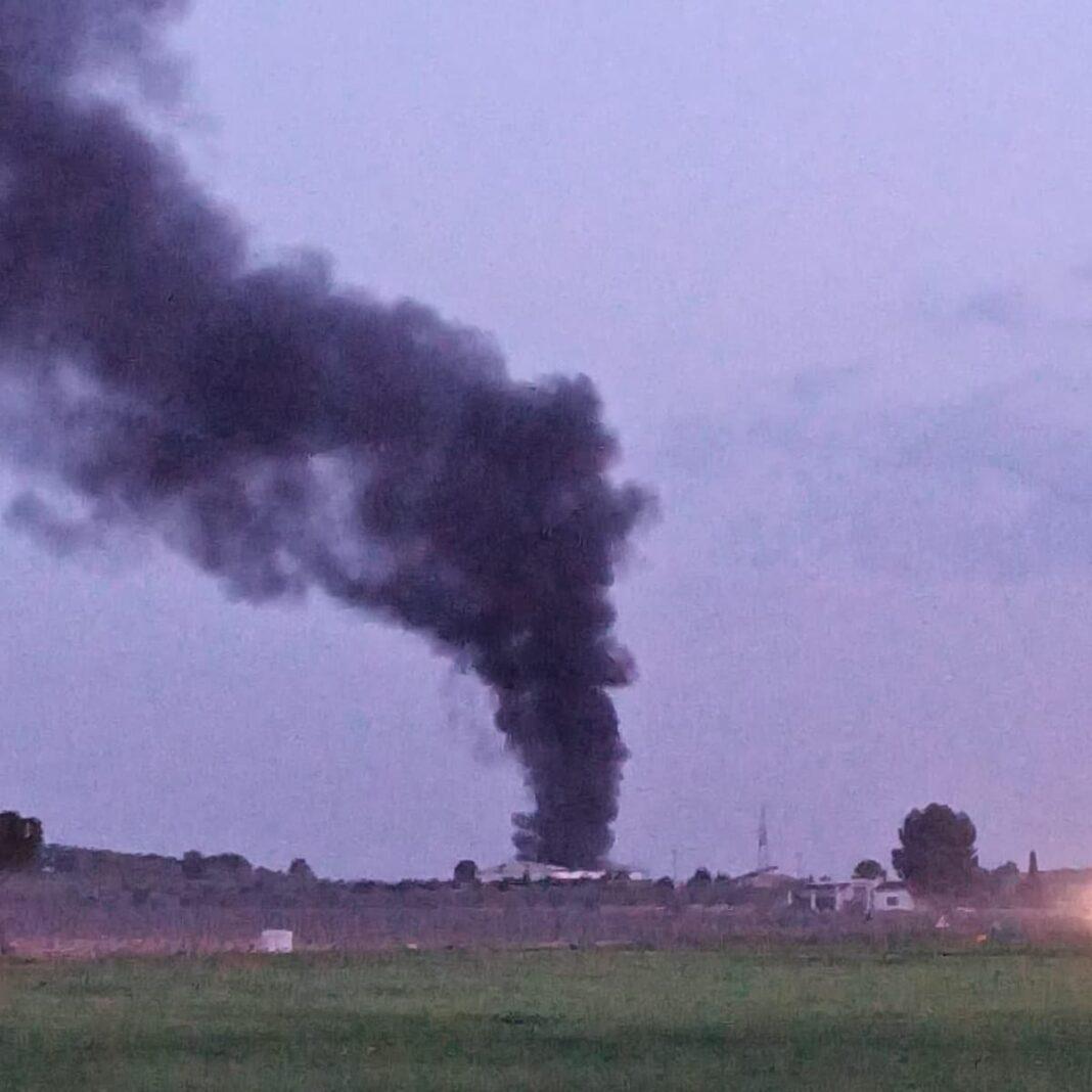 Los bomberos apagan un incendio en una nave agrícola 1
