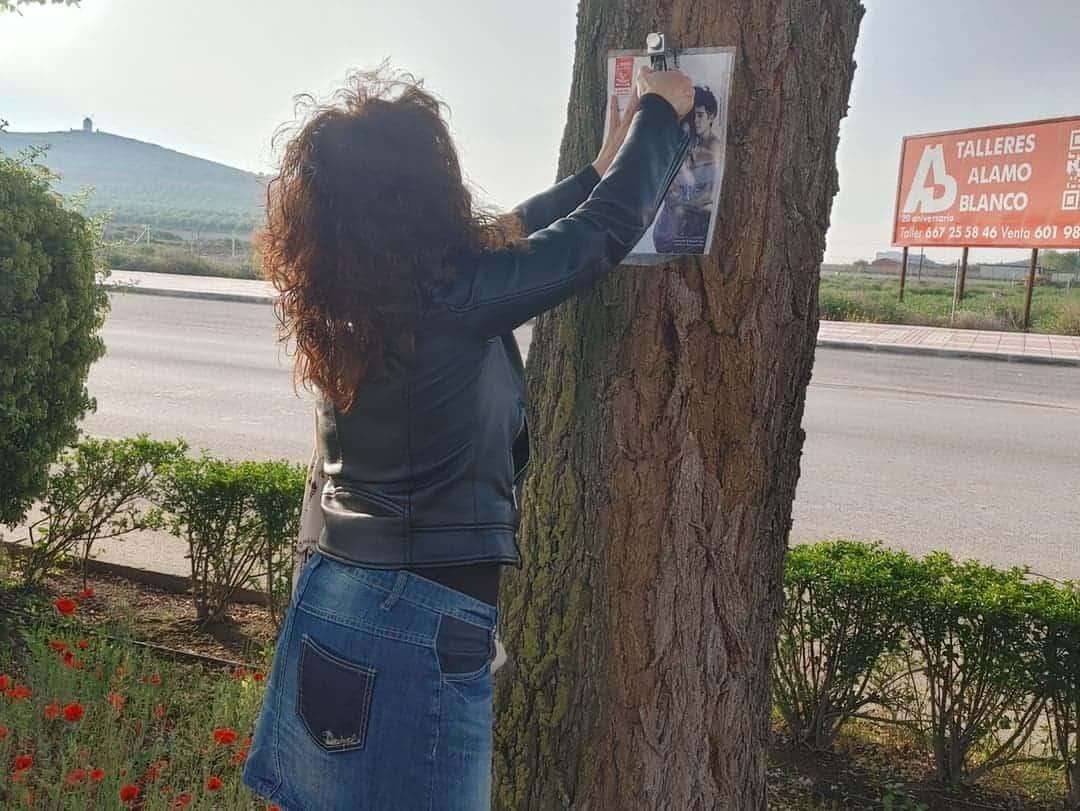 Pegada de páginas de libros en los árboles de la Avenida de Alcázar por el Día del Libro 7