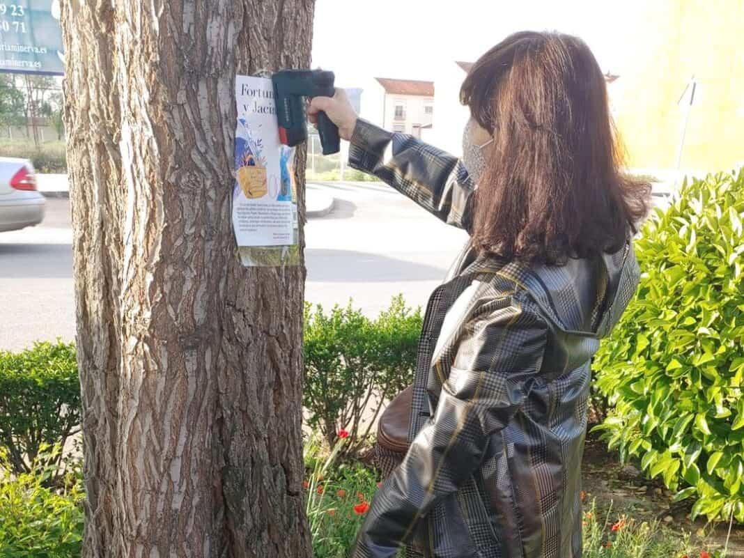 Pegada de páginas de libros en los árboles de la Avenida de Alcázar por el Día del Libro 10