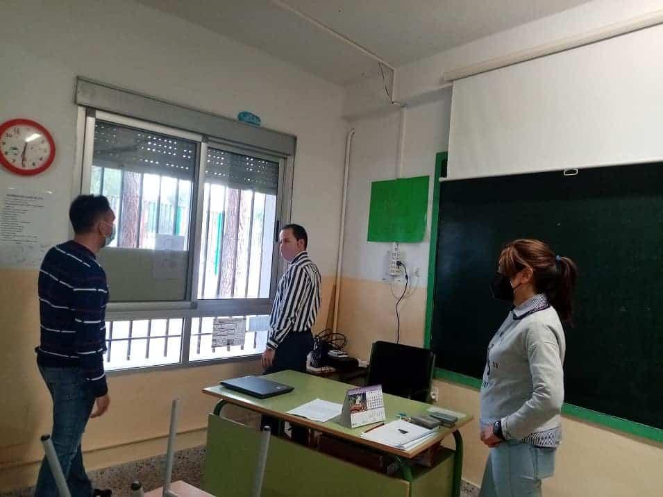 Ampas y Ayuntamiento colaboran para colocar mosquiteras en los centros escolares 1