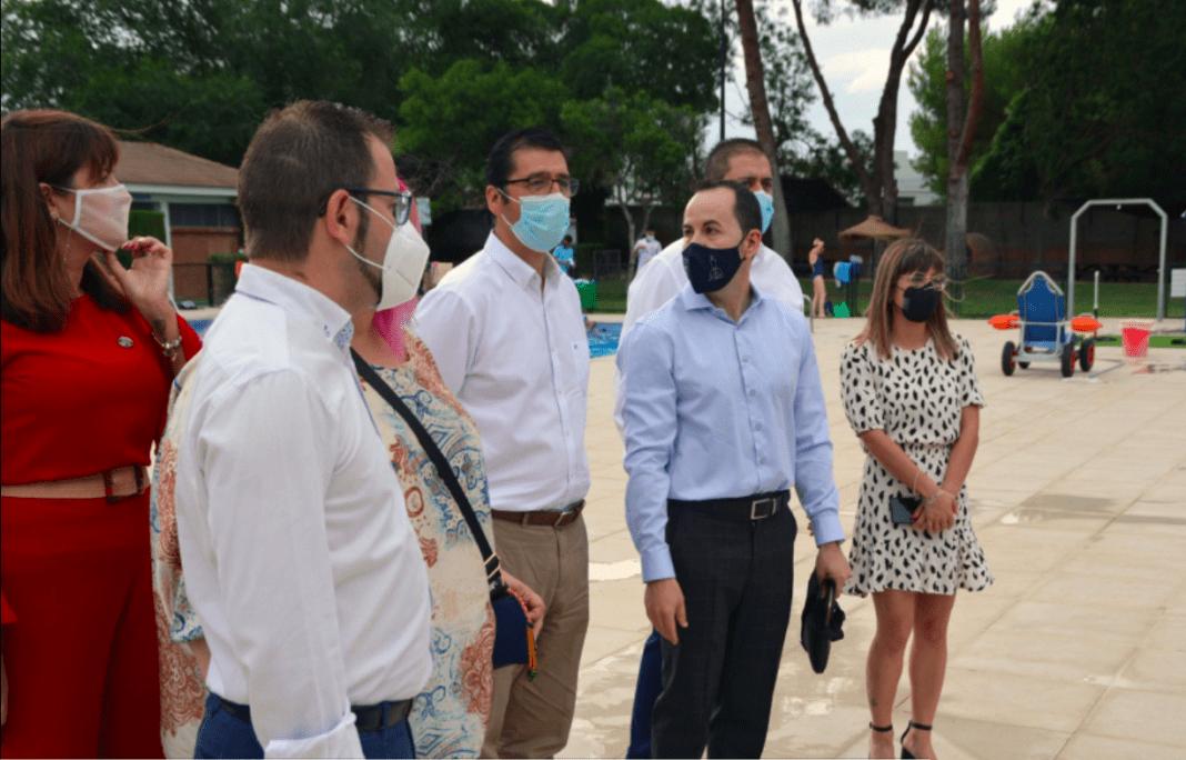 El presidente de la Diputación visita las obras realizadas en la piscina municipal de Herencia 1