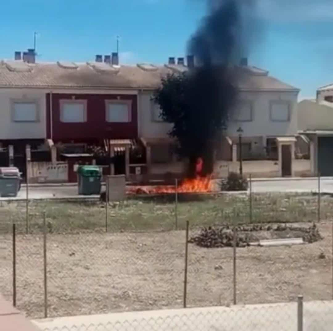 Extinguido un incendio de contenedores en la calle Sierra Morena en Herencia 3