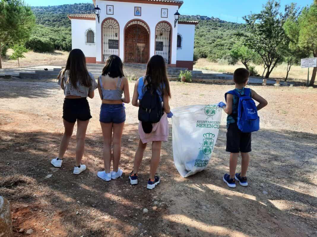 El voluntariado medioambiental de Herencia limpió La Pedriza de basura 1