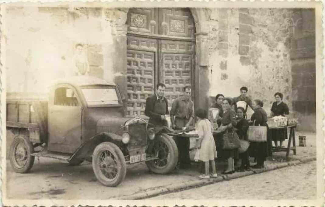 Pescaderos Hermanos Moreno en Herencia. Fotografía de los años 50 1
