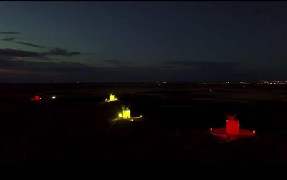 Herencia iluminó los molinos y edificio público con la bandera de España por la Hispanidad 3
